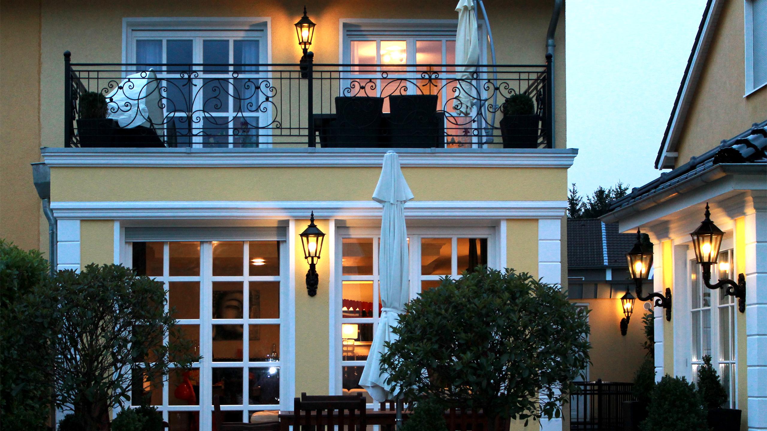 Fassadendekor wie Fensterumrahmungen