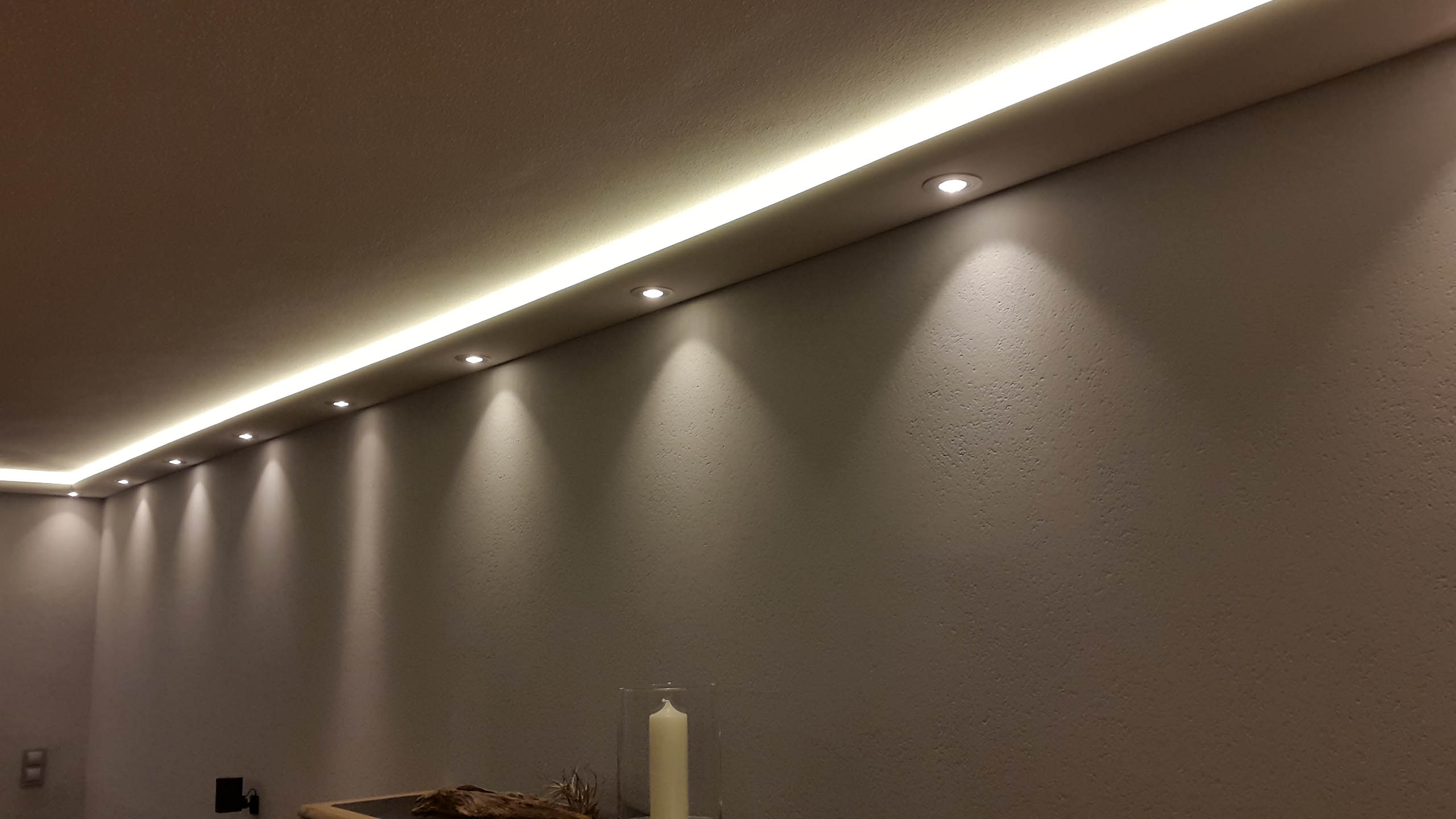 Indirekte LED-Beleuchtung Wand und Decke
