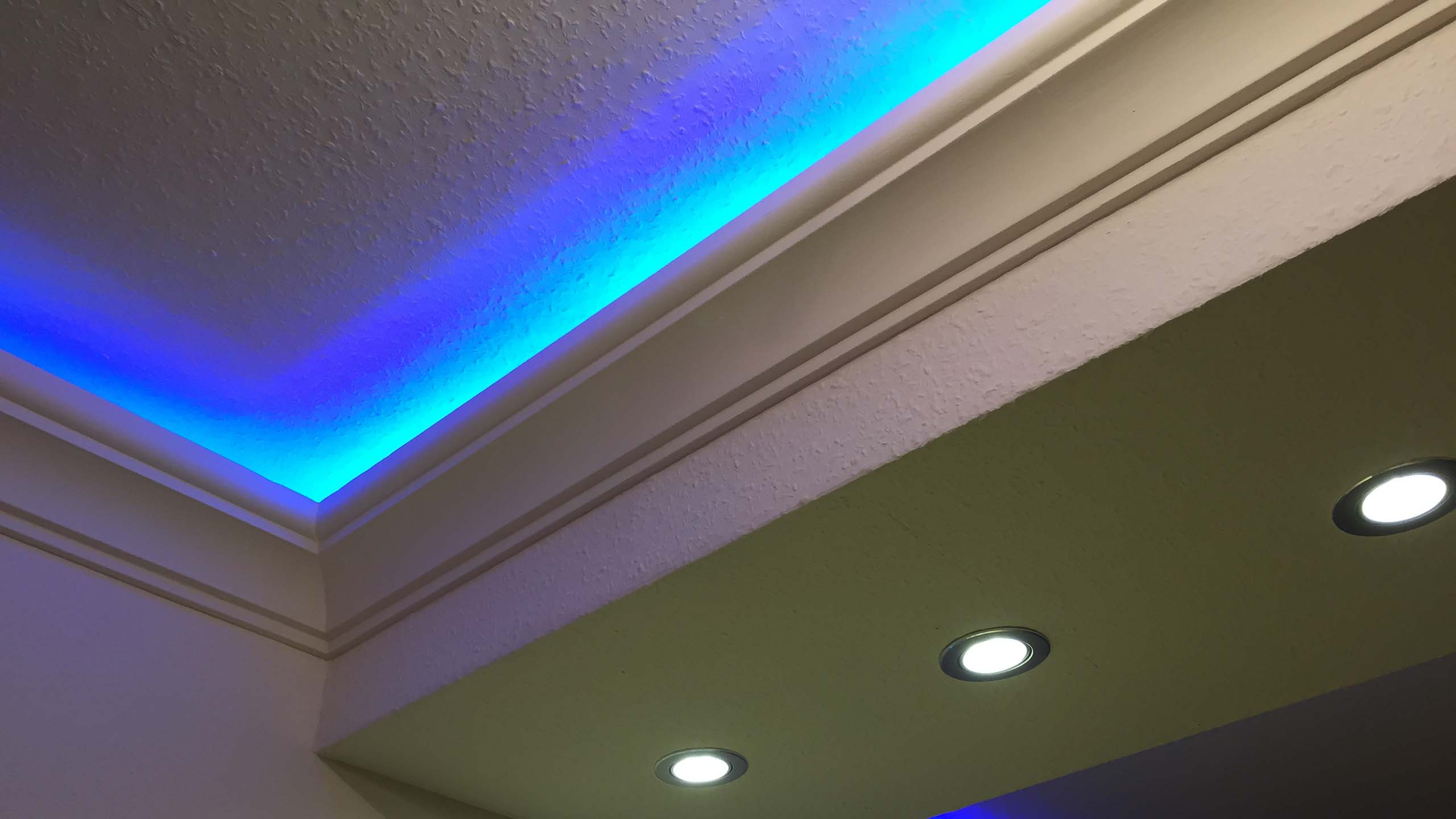 indirekte deckenbeleuchtung mit led stuckleisten und lichtvouten. Black Bedroom Furniture Sets. Home Design Ideas