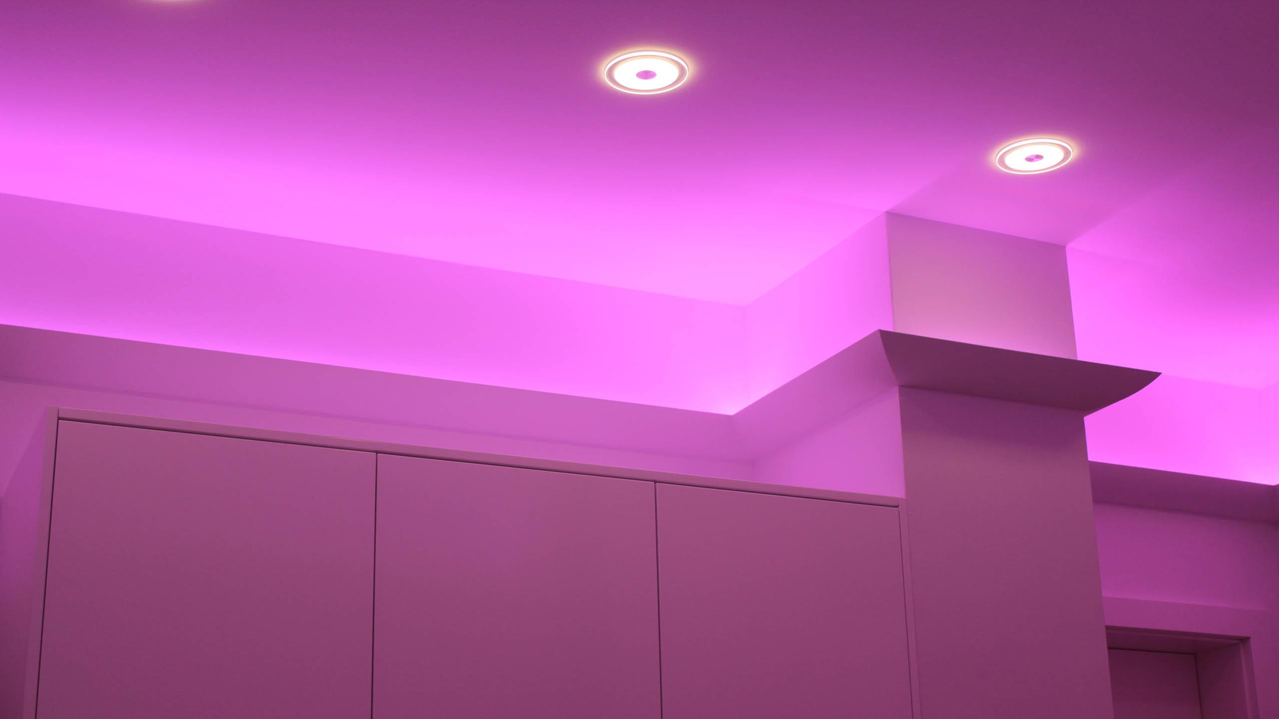 indirekte deckenbeleuchtung mit led stuckleisten und. Black Bedroom Furniture Sets. Home Design Ideas